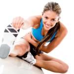 effektives-training-schöne-frau-lächelnd-ausdehnung-sport-treiben-tipps
